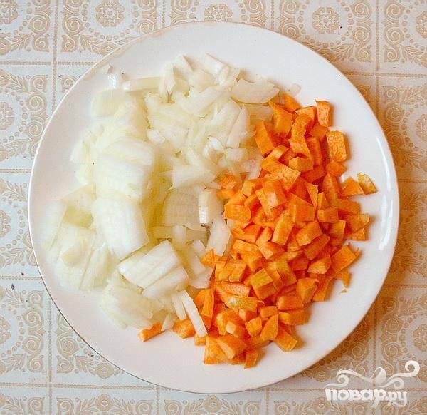 1.Очищаем морковь и лук, маленькими кубиками нарезаем. На растительном масле спассеруем морковь и лук. Морковь лучше нарезать, а не натирать. Очищаем и промываем грибы, нарезаем и обжариваем с морковью и луком. В спассированые морковь и лук добавляем грибы, помешиваем и обжариваем 7 минут. Можно добавить пару ложек воды.