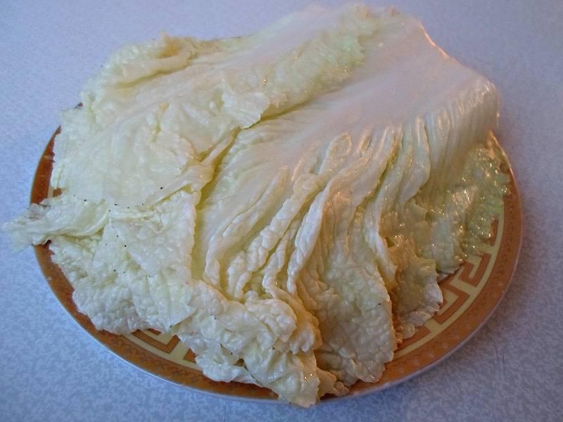 Слейте воду из кастрюли, подождите минут 10: пусть листья остынут, после чего выложите их на тарелку.