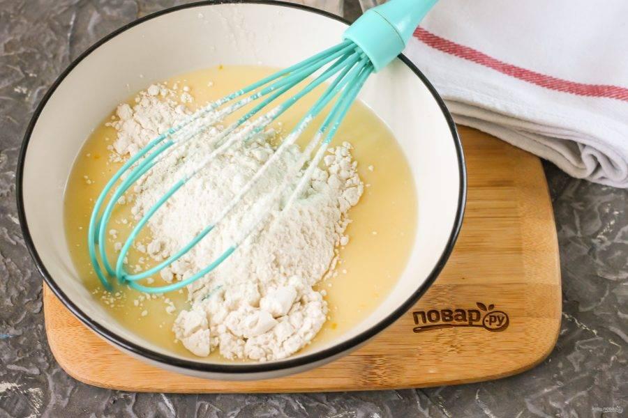 Всыпьте пшеничную муку и взбейте густоватое блинное тесто. Оно получится более густым. Затем влейте в тесто кипяток и быстро взбейте его снова. Помните, что кипяток нужно добавлять после муки, но не до нее, иначе яичная масса свернется! Влейте растительное масло и перемешайте тесто.