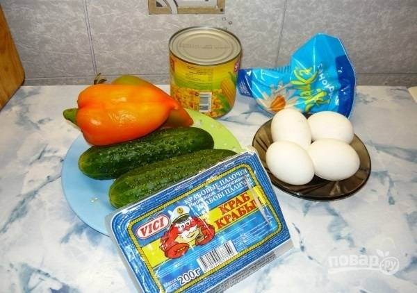 1. Вот такой яркий и простой набор ингредиентов вам потребуется, чтобы сделать крабовый салат с огурцом в домашних условиях. Первым дело отварите яйца отварите вкрутую, остудите их.