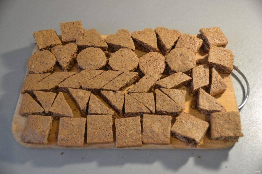 Охлажденный бисквит нарежьте на кусочки любой формы.