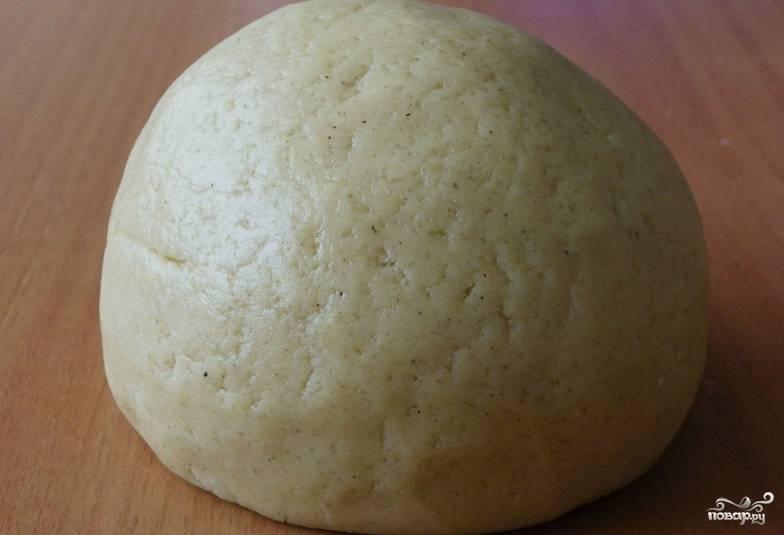 Засыпаем муку. Тщательно замешиваем тесто. Заворачиваем его в пленку и кладем в морозилку на полчаса.