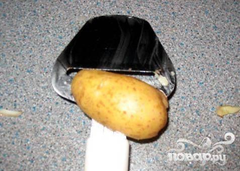 1.Первый вопрос, который возникает при приготовлении чипсов – это как порезать картофель достаточно тонко. Ответ – при помощи резки для сыра. Этот инструмент не только незаменим в обиходе сырного гурмана, он также поможет Вам идеально тонко нарезать картофель.