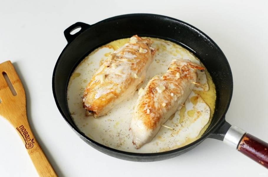 Соедините сметану с водой, солью и молотым перцем. Полейте этим соусом рулетики и посыпьте все измельченным чесноком. Тушите на небольшом огне около 15 минут.
