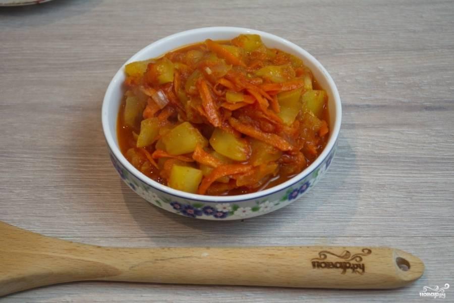 К икре добавьте соль, специи, немного сахара, чтобы погасить кислотность томата. Тушите до уваривания сока. Когда все овощи будут приготовлены, выключайте. Подайте кабачковую икру к столу. По желанию можете превратить икру в пюре при помощи блендера.
