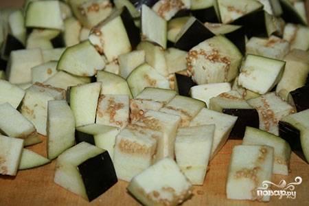 4.Приступаем к обработке овощей. Кабачок и баклажан нарезаем кубиками.
