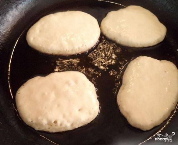 4. Когда масло нагреется отправляем наши оладушки жариться до готовности.