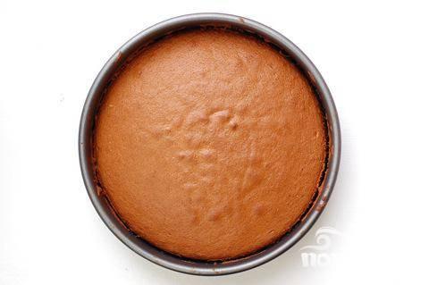 5. Выложить тесто на противень, выпекать при температуре 220 градусов Цельсия 15-20 минут, пока корж не станет золотисто-коричневым. Готовый корж немного остудить.