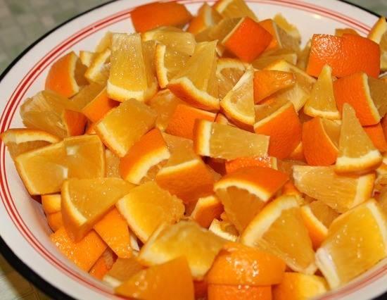 2. Апельсины режем кусочками, удаляем косточки и отправим в блендер.