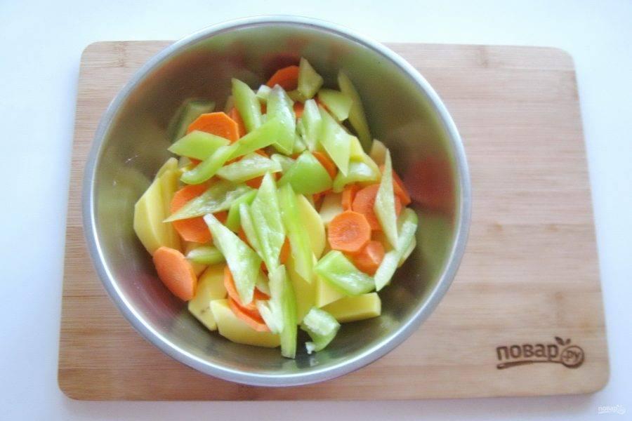Болгарский перец помойте, очистите от семян и белых перегородок. Нарежьте небольшими кусочками.