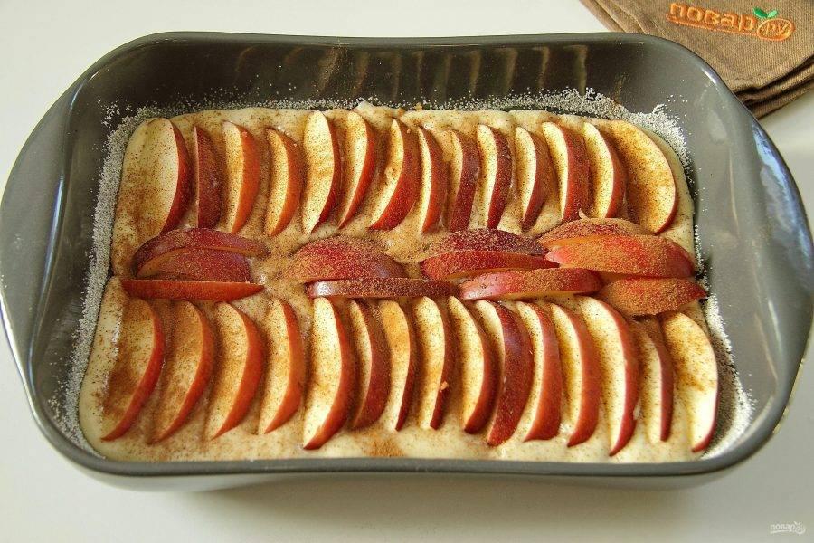 Яблоки нарежьте дольками и распределите сверху в любом порядке. Шкурку можно снять или оставить - на ваш выбор. Посыпьте яблоки корицей. Если вы не любите аромат корицы, то можете ее исключить.