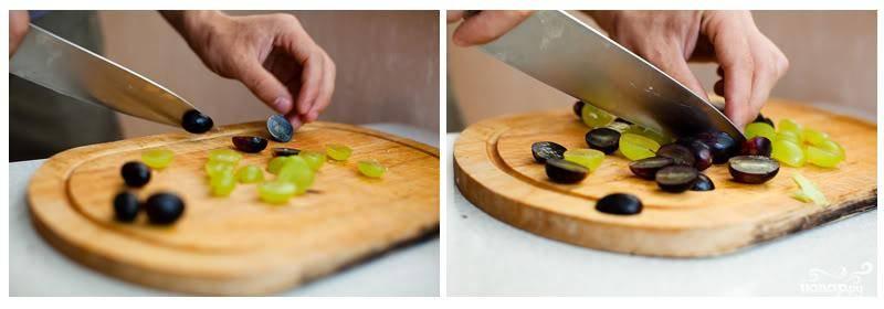 Берем большое сервировочное блюдо, смешиваем там половинки виноградинок и салатные листья.