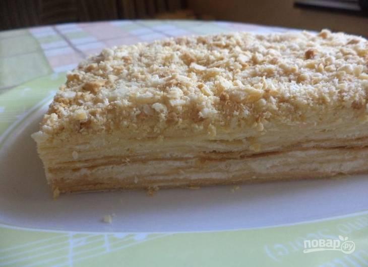 13.Готовый торт украсьте кремом и крошкой от коржей, поставьте в холодильник на несколько часов, а затем подавайте. Приятного чаепития!