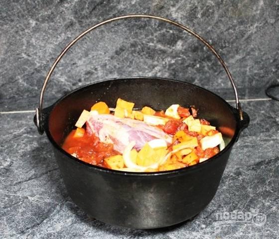 2.Картофель нарежьте крупными кусками, морковь нарежьте кольцами, луковицу нарубите полукольцами. Нарежьте кусочками пастернак, мелко нарежьте томаты. Сложите все ингредиенты в казанок, влейте воду, чтобы овощи немного выглядывали из воды, посолите и поперчите.