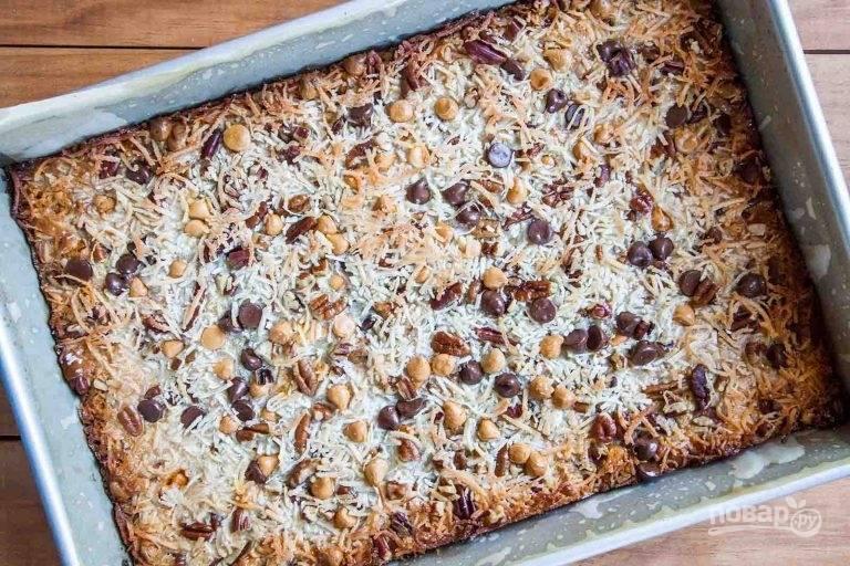 5.Поставьте противень в заранее разогретую до 175 градусов духовку и выпекайте в течение 30-35 минут, пока края пирога не станут золотисто-коричневого цвета.