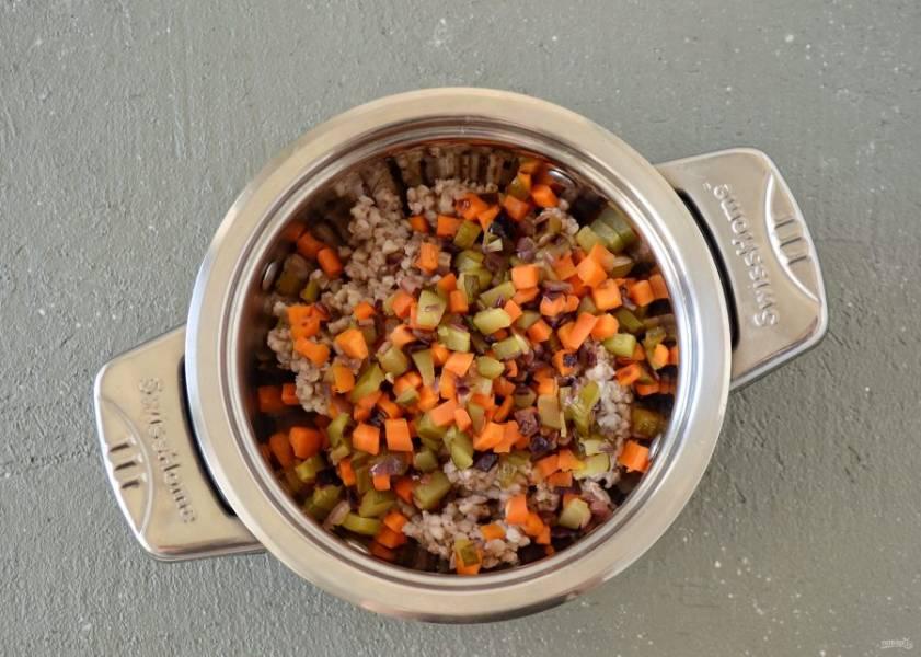 Соедините овощи и гречку, хорошо перемешайте.