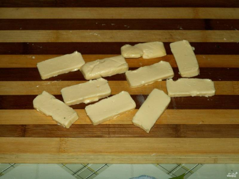 7. Нарежьте пластинами плавленый сырок. По желанию можно использовать другой мягкий или полу твердый сыр.