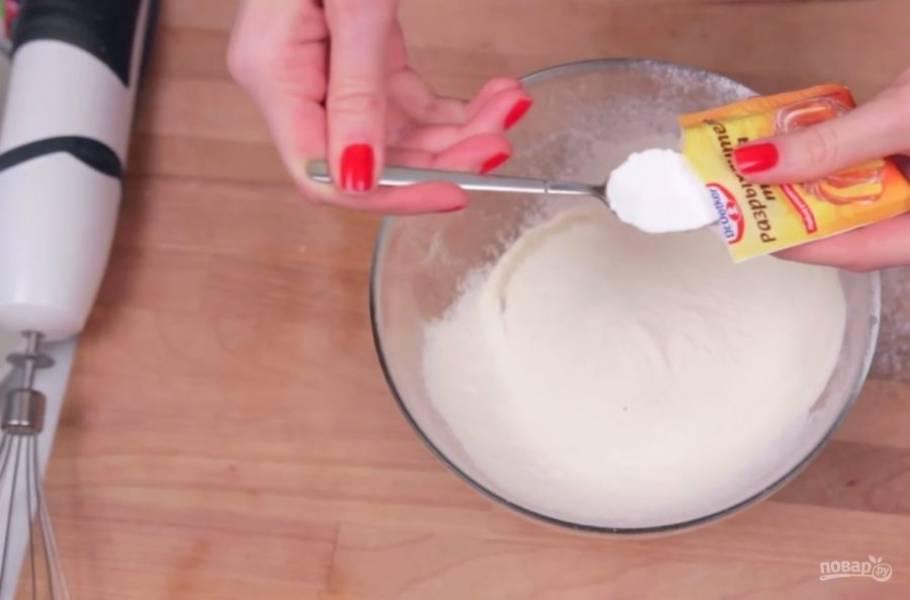 Приготовьте кляр: яйцо взбейте венчиком и добавьте к нему просеянную муку. Затем добавьте разрыхлитель, соль, паприку и сушеный укроп по вкусу.