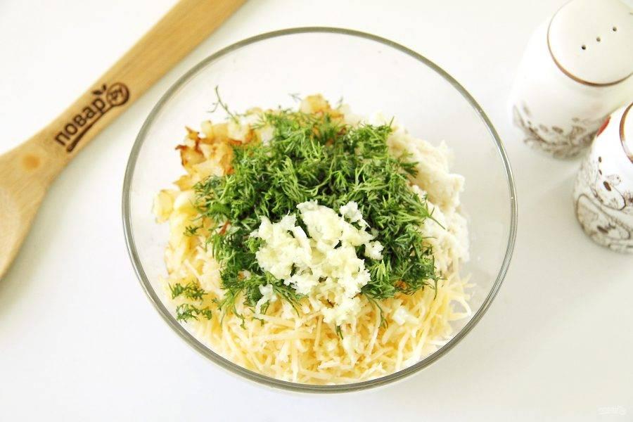 Добавьте к фаршу отжатый хлеб, обжаренный лук, пропущенный через пресс чеснок, измельченную зелень, тертый крупно твердый сыр, соль по вкусу и молотый перец.
