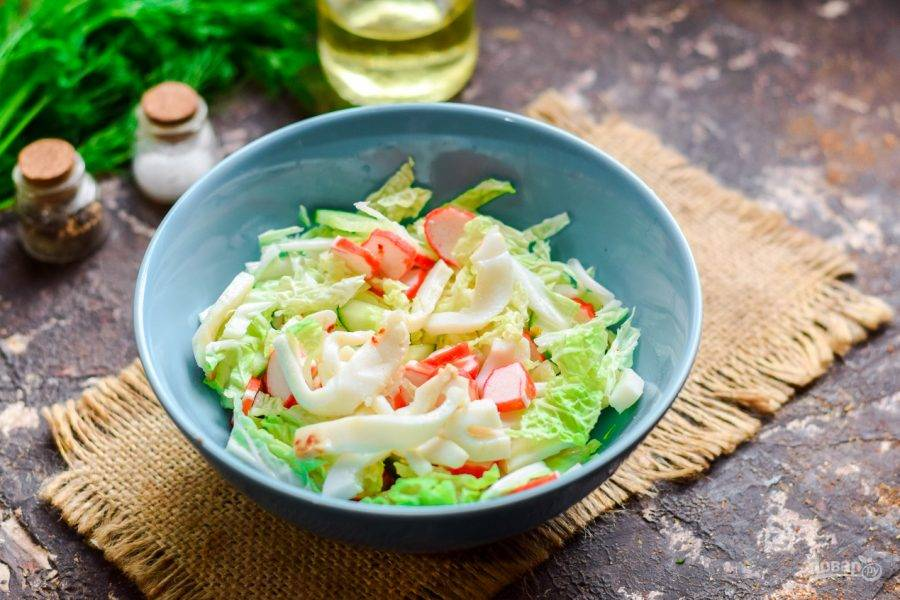 Заправьте салат по вкусу маслом и лимонным соком, добавьте соль и перец. Перемешайте и подавайте салат к столу.