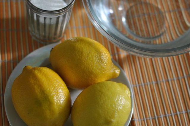 Лимоны требуется хорошо вымыть теплой водой и обсушить.