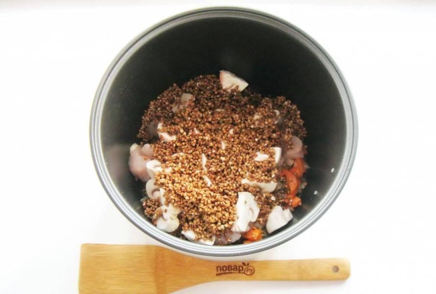 Гречневую крупу переберите, помойте и добавьте к овощам, шампиньонам и мясу.