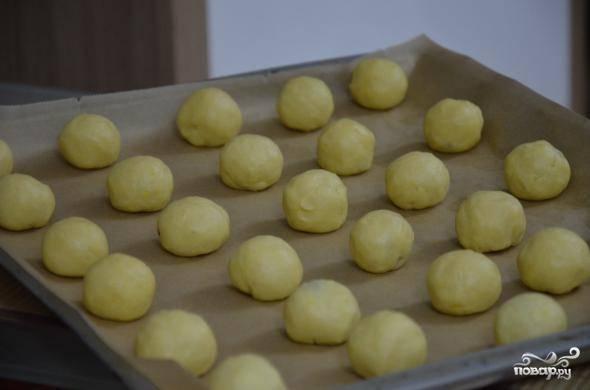 6. Противень застелите пергаментом или смажьте маслом. Сформируйте шарики и выложите их на противень. Разогрейте духовку до 200 градусов.