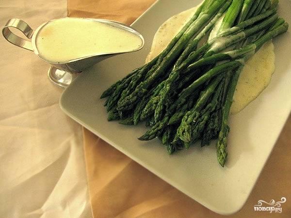 Спаржу выложить на блюдо, полить соусом и подавать на стол.