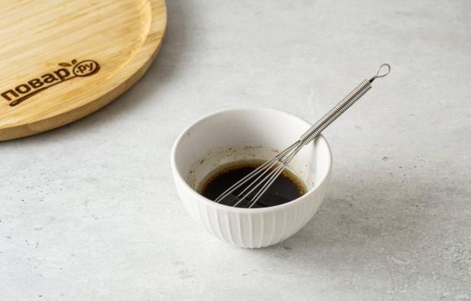 Для заправки смешайте растительное масло, сироп топинамбура, соевый соус и острый перец чили.