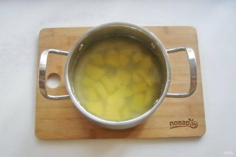 Добавьте в бульон нарезанный картофель.