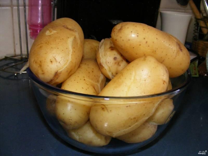 3. Также отдельно отвариваем картофель, морковь, яйца. После этого даем овощам остыть.