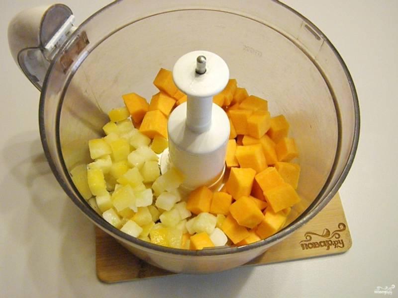 Вымойте тщательно тыкву, снимите с неё кожуру, порежьте её кубиками, как и кабачок. Сложите овощи в блендер, измельчите их.
