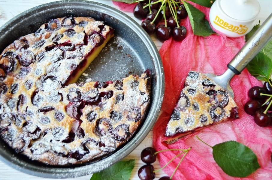 9. Подавайте пирог полностью остывшим, можно украсить сахарной пудрой или белым шоколадом. Угощайтесь!