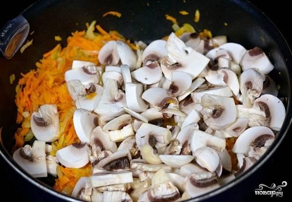 3. Чтобы печень куриная жареная с подливкой в домашних условиях была более насыщенного вкуса, рекомендую добавить также немного грибочков. Вымойте их, обсушите, нарежьте и выложите к овощам.
