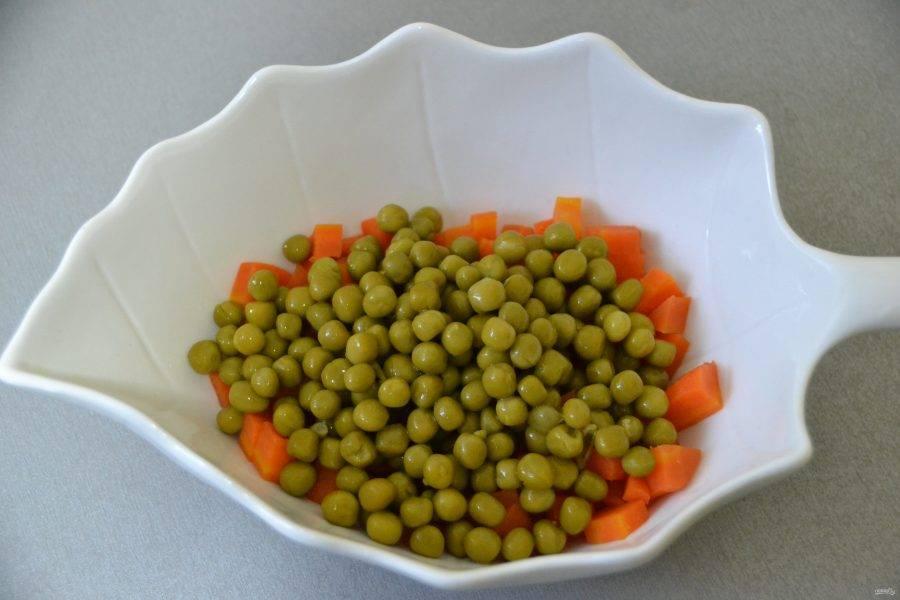 Выложите морковь в салатник, добавьте консервированный зеленый горошек.