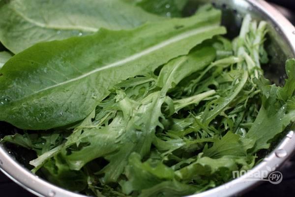 1.Салат и рукколу разбираю, мою. Просушиваю зелень салфетками.