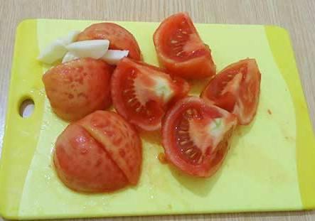 Очищаем картофель, режем его крупно (можно замочить в воде), помидоры очищаем от шкуры и режем на 4 части. Чистим чеснок. Мелко нарезаем болгарский перец.