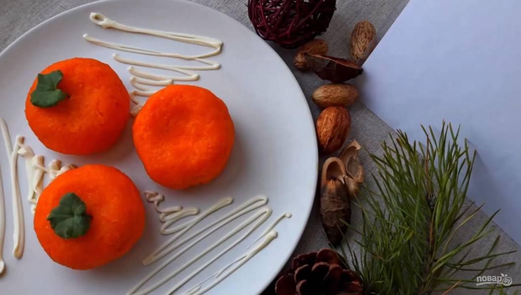 Салат-закуска из сыра с чесноком и майонезом