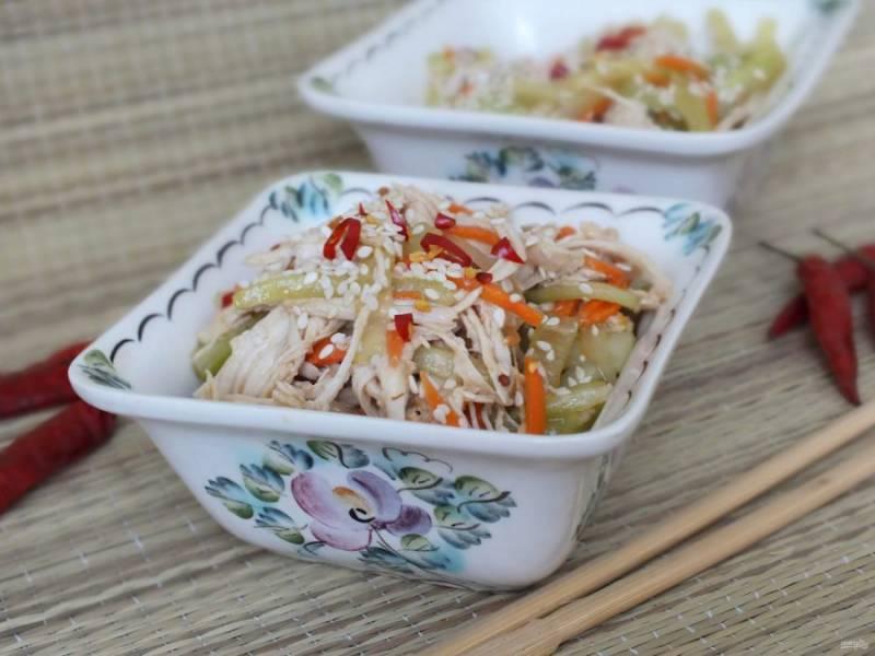 Готовый салат перед подачей еще раз перемешайте, посыпьте обильно кунжутом и тонкими колечками острого стручкового перца. Приятного аппетита!