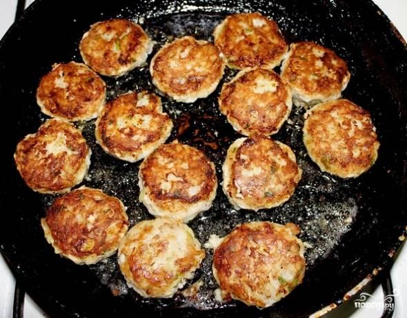 В сковороде разогреваем небольшое количество масла и обжариваем на нем тефтели до золотистой корочки.