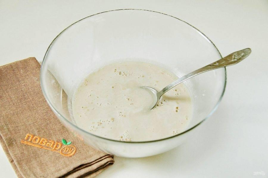 В глубокой миске соедините теплую воду, соль, сахар и дрожжи.