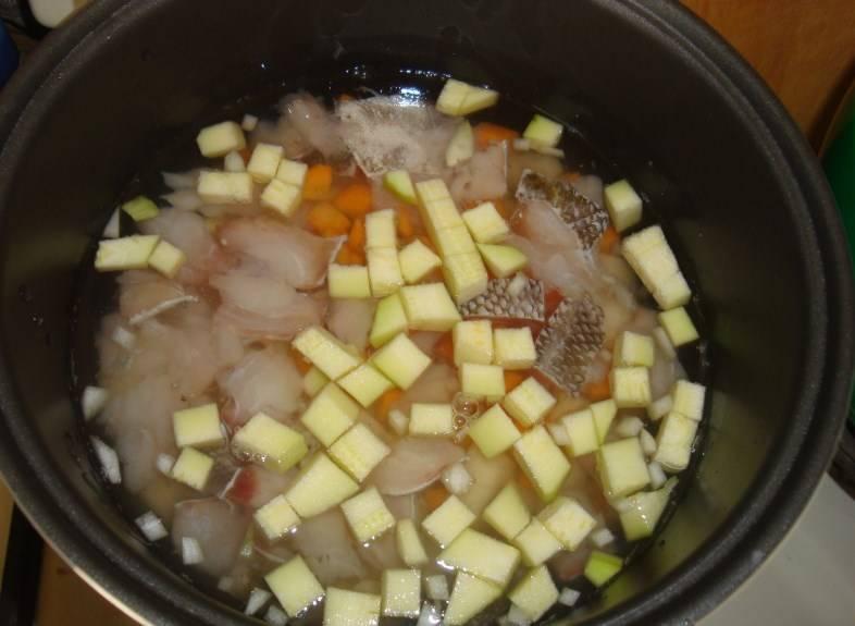 Добавляем соль, приправ, перец по вкусу и заливаем водой и все перемешиваем.
