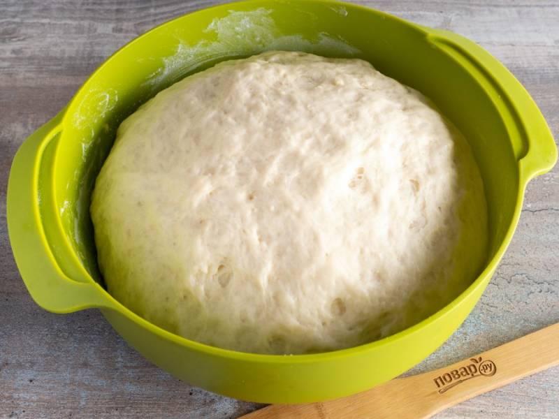 Когда тесто поднимется, отшипывайте от него порции и формируйте булочки.