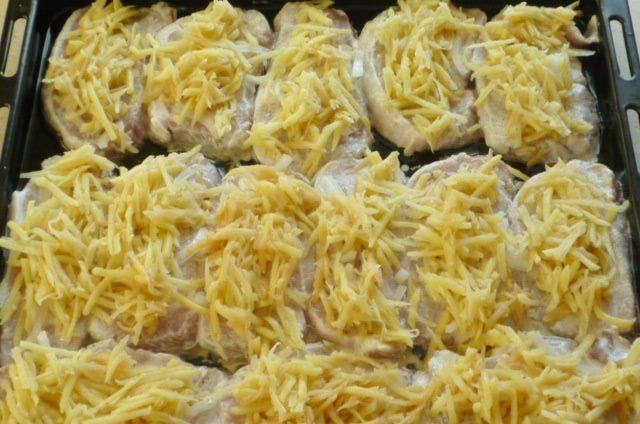 7. Выкладываем на мясо лук и сверху покрываем сыром. Ставим в разогретую до 180 градусов духовку на полчаса и следим.