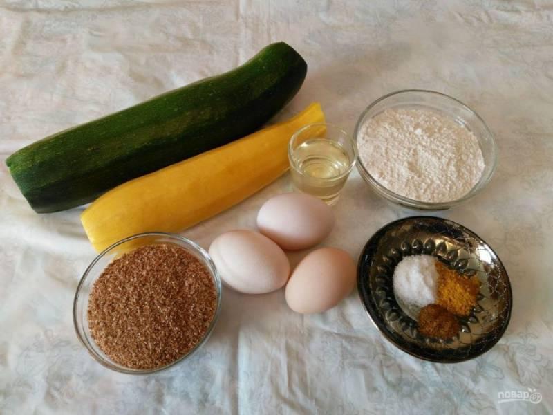Подготовьте перечисленные продукты. Кабачки желательно брать молодые с мягкой кожурой и небольшими семечками. Если они более зрелые, то необходимо предварительно очистить их и удалить сердцевину с семенами.
