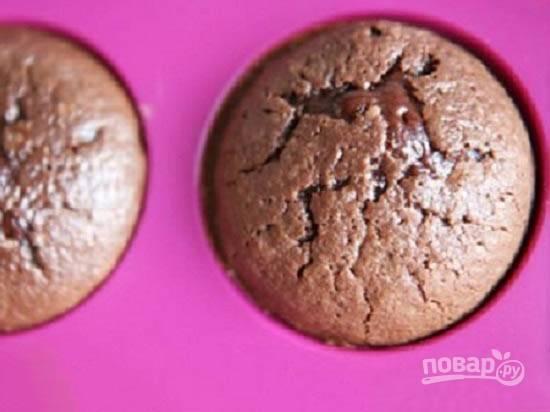 И выпекаем в разогретой до 180 градусов духовке минут 9-11. Если выпекаете впервые, сначала попробуйте испечь один кекс, чтобы узнать, как он получится в вашей духовке.