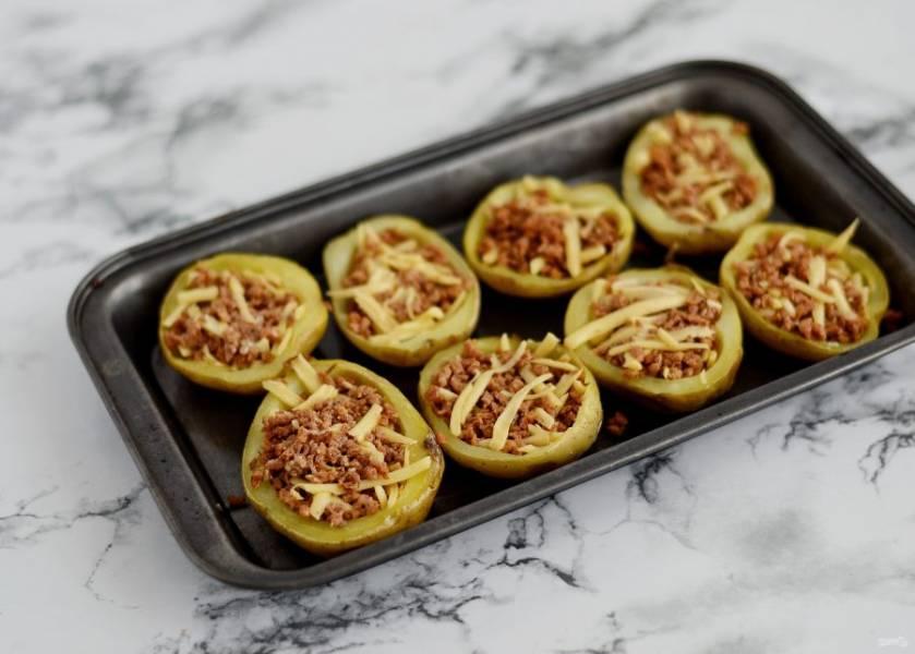 Заполните картофельные шкурки начинкой, отправьте в духовку ещё на 5-7 минут, чтобы сыр расплавился.