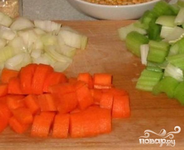 2.Пока окорок готовится, приступить к подготовке овощей. Нарезать лук, морковь и сельдерей мелкими кубиками.