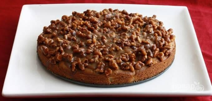 14.Дайте пирогу остыть, а через 10 минут снимите боковые стенки формы для запекания.