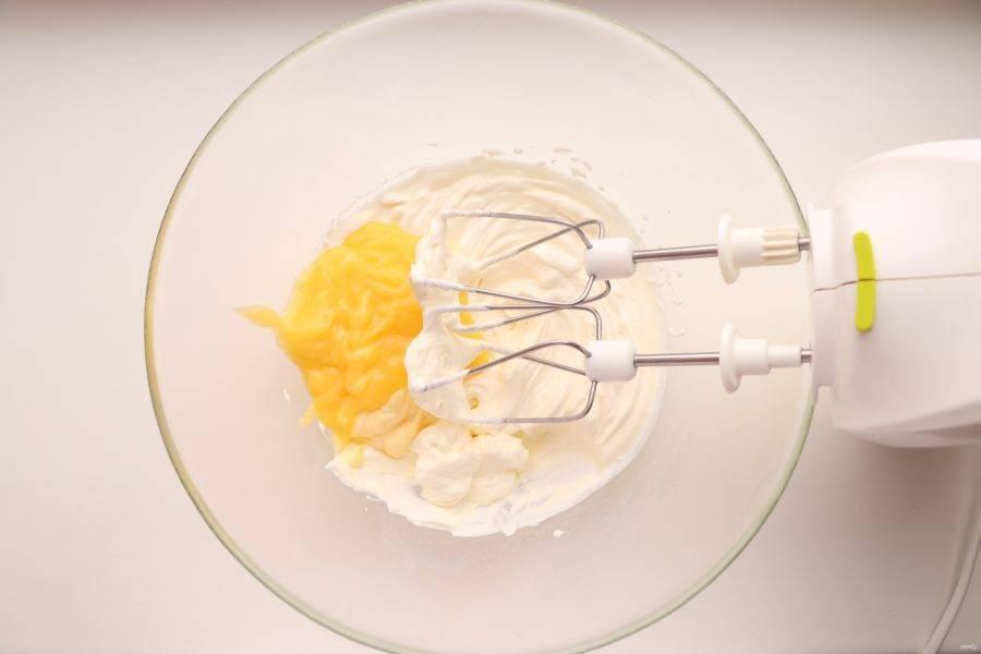 К взбитым сливкам добавьте 100 г охлажденного лимонного курда, перемешайте.